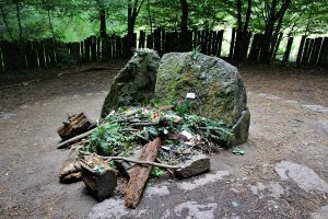 Foresta-di-Paimpont - Paimpont-tomba-di-Merlino.jpg